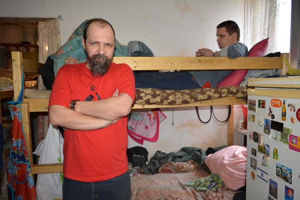 Вячеслав Головин (на переднем плане) уже много лет помогает бездомным.