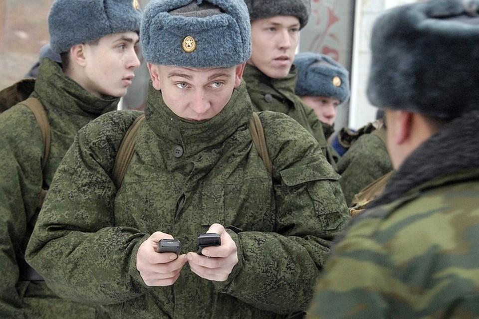 СМИ: Минобороны запретит военнослужащим пользоваться смартфонами