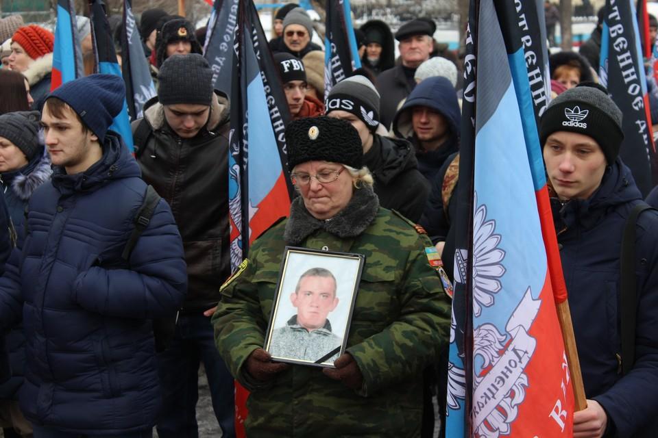 Люди пришли с цветами, с портретами погибших за свободу Донбасса родных