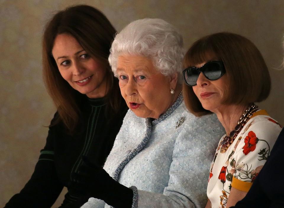 Королева Великобритании Елизавета II (в центре) на показе дизайнера Ричарда Куинна