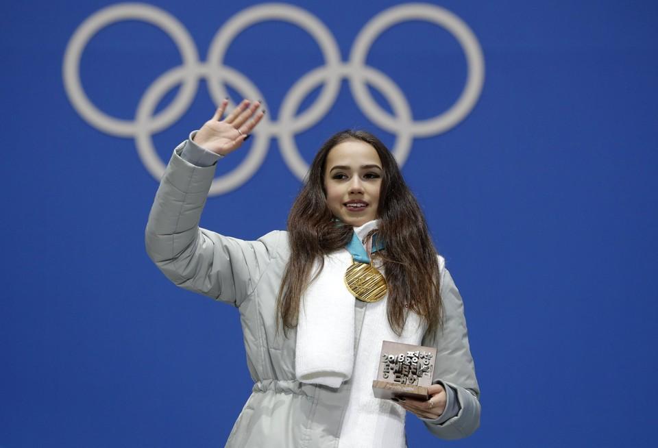 Россиянка Алина Загитова с медалью Пхенчхана.