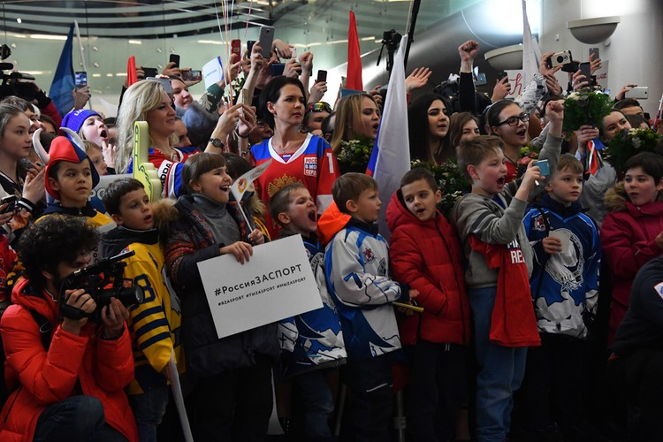 Самолет с олимпийцами задерживался, и толпа между собой делилась свежими впечатлениями об Олимпийских играх