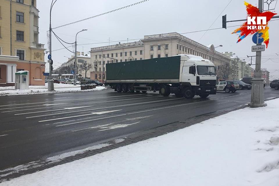 Для женского забега в Минске перекрыли проспект Независимости. Фото: Мікіта НЕДАВЕРКАЎ.