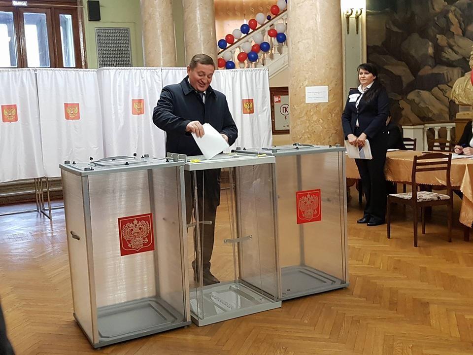 Первым в Волгограде проголосовал Андрей Бочаров.