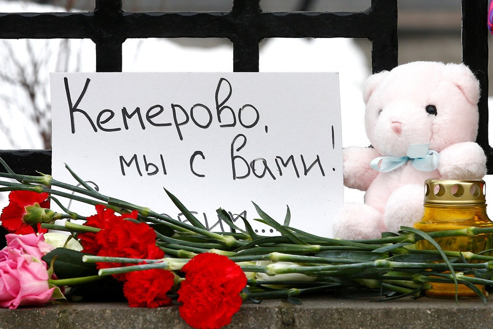 В России объявлен национальный траур в связи с пожаром в Кемерово.