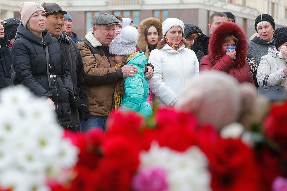 """Сегодня в Кемерово прошли первые похороны жертв страшного пожара в ТРЦ """"Зимняя вишня""""."""