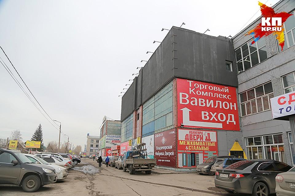 37ece0c7f Серый фасад «Вавилона» «раскрашивают» разноцветные рекламные баннеры