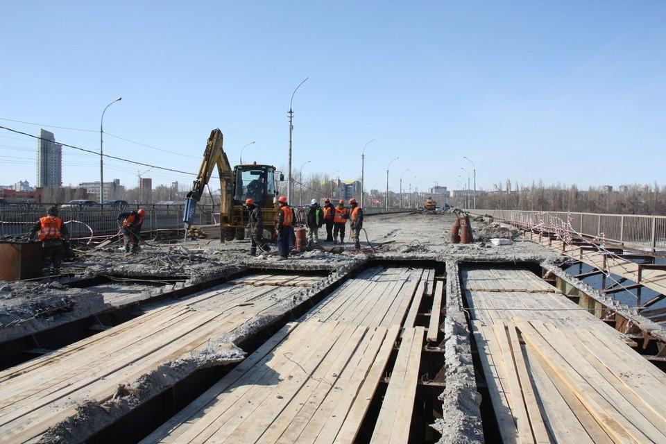 Работы по ремонту Петровского моста в разгаре