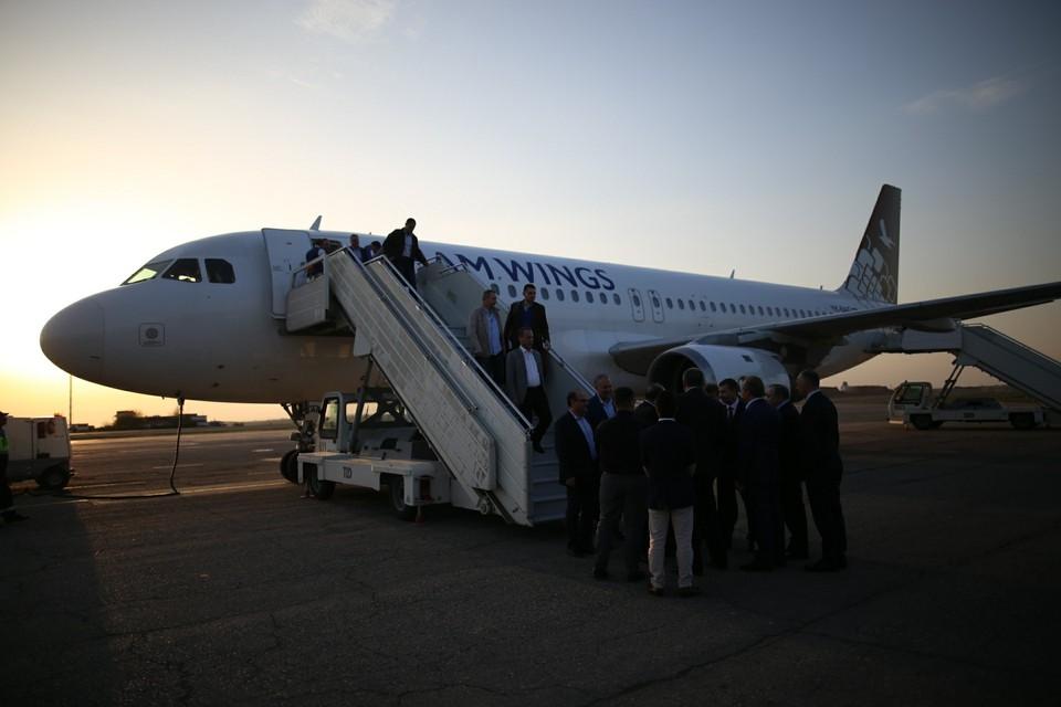 """Самолет сел в аэропорту """"Симферополь""""."""