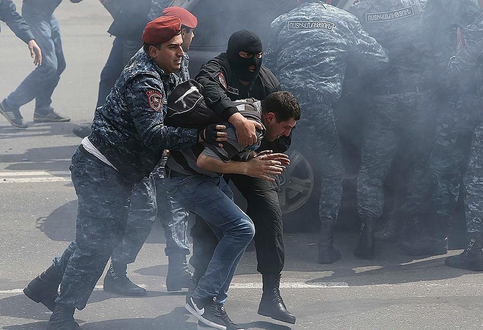 Столкновения протестующих с полицией в центре столицы Армении Ереване