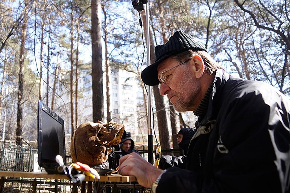 Эксперт Сергей Никитин проводит метод фотоналожения