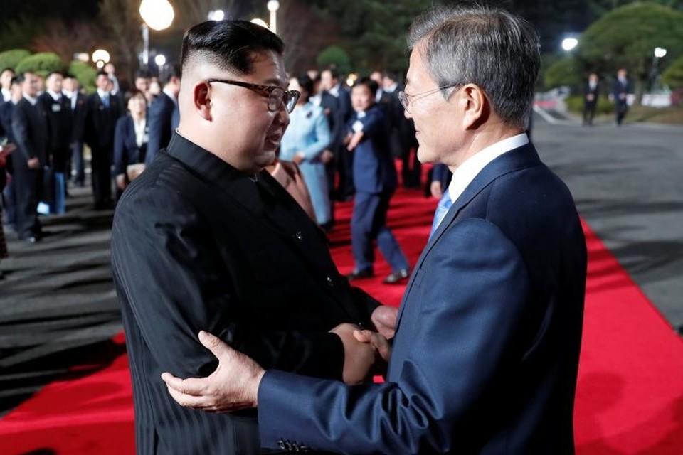 Лидер КНДР Ким Чен Ын (слева) и президент Южной Кореи Мун Чжэ Ин
