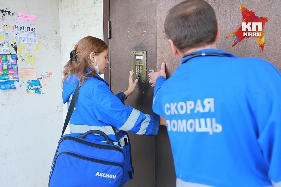В Красноярске раненая ножом пациентка избила фельдшера скорой.