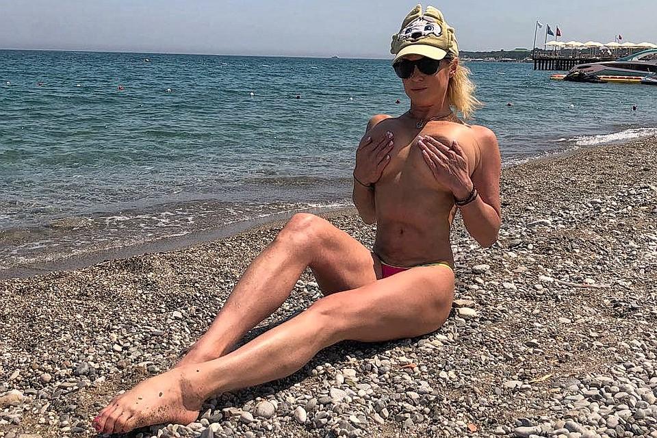 На пляже в прозрачных купальниках-фото — 3