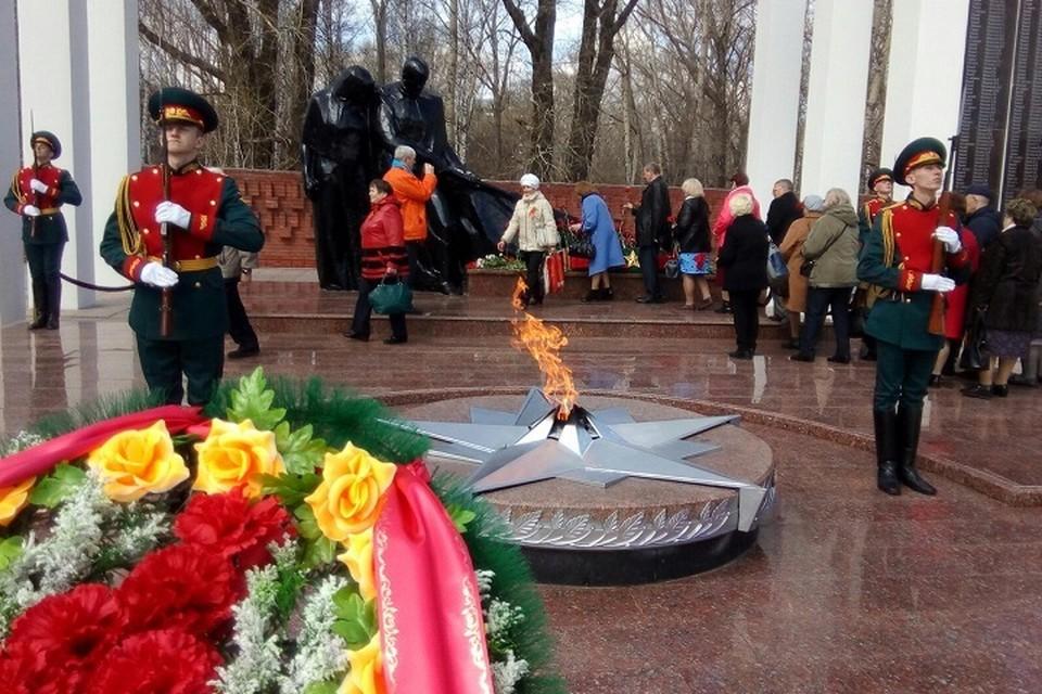 Никто не забыт: тюменцы почтили память погибших за Победу, возложив цветы к Вечному огню