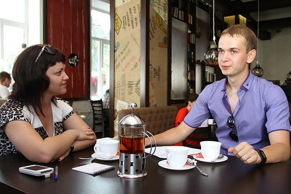 Жарит официанток в кафе