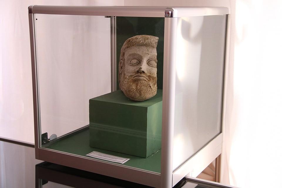 Терракотовая голова стала одной из ценнейших находок археологов на стройке века