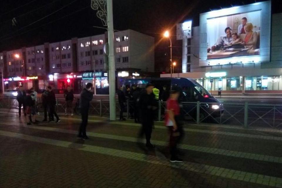 Зачинщиков драки быстро скрутили и бросили в микроавтобус.