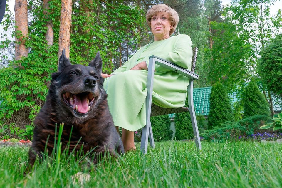 Сейчас любимому псу Эдиты Пьехи Мухе 13 лет.