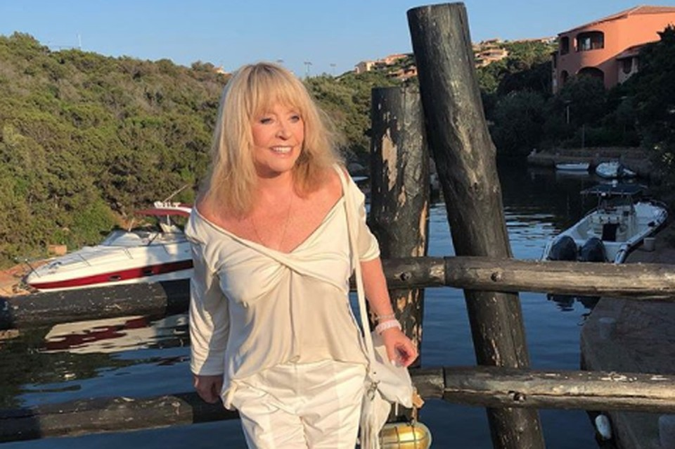 Алла Борисовна в отпуске помолодела: Примадонна носит прозрачные кофточки и топы с глубоким декольте.