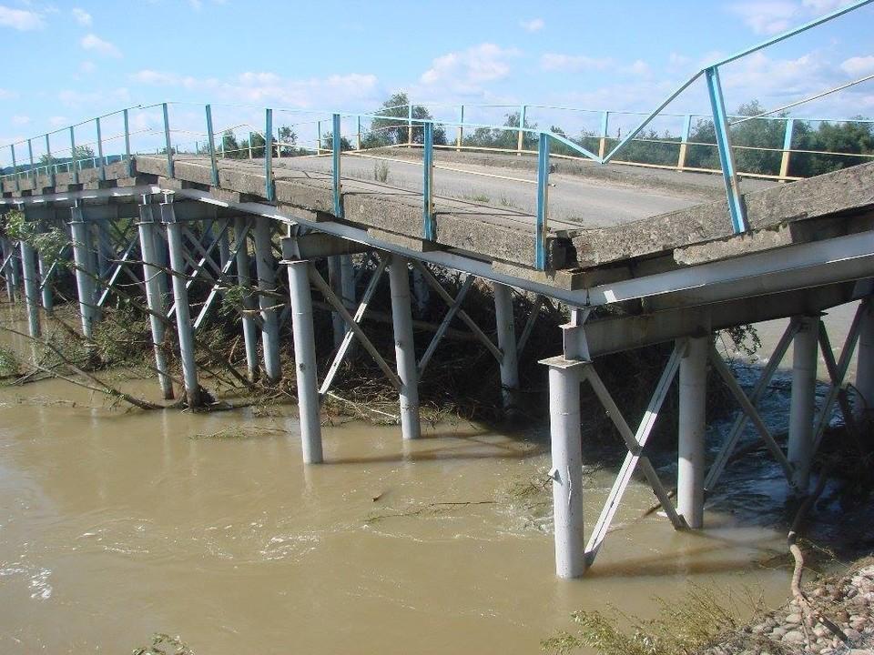 Пока украинские активисты мечтают, что рухнут мосты в РФ, падают их собственные. Фото: korrespondent.net