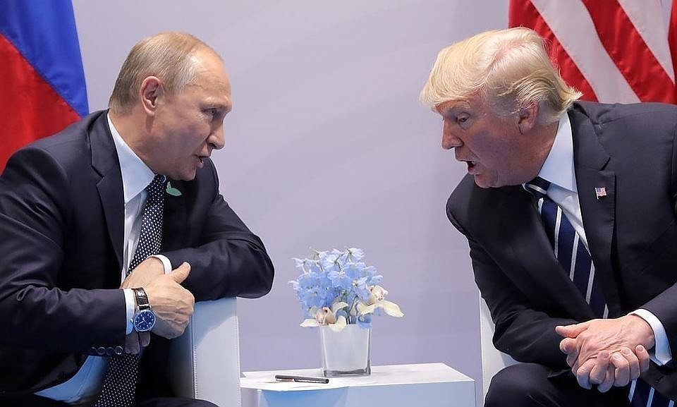 Президент РФ Владимир Путин (слева) и президент США Дональд Трамп