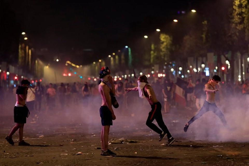 Французская полиция разгоняла хулиганов слезоточивым газом во время празднования победы сборной страны в ЧМ-2018
