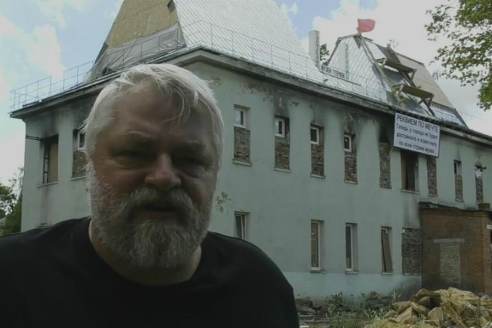 Алексей Меняйлов на фоне строящегося Музея Героев. Фото: скриншот видео