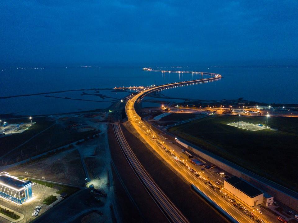 Крымчане и туристы рассчитывают на мост, который должен изменить логистику полуострова