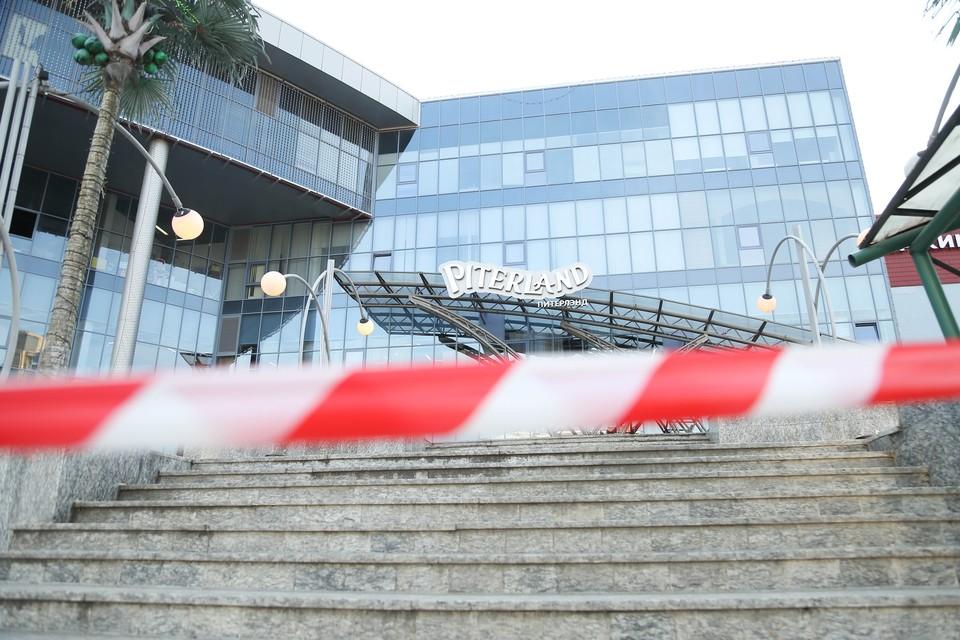 Закрытие питерских торговых центров власти не комментируют.