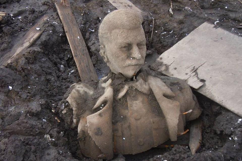 Памятник пролежал на дне около 60 лет. Фото: Станислав Стафеев.