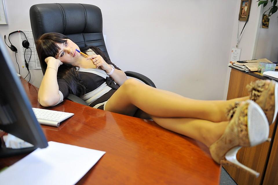 женские ступни в офисе идет