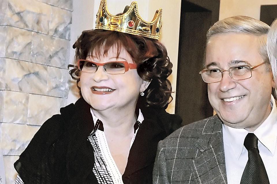 Евгений Петросян помог начинающей актрисе Елене Степаненко стать королевой юмористических программ. Теперь супруги делят свое королевство.
