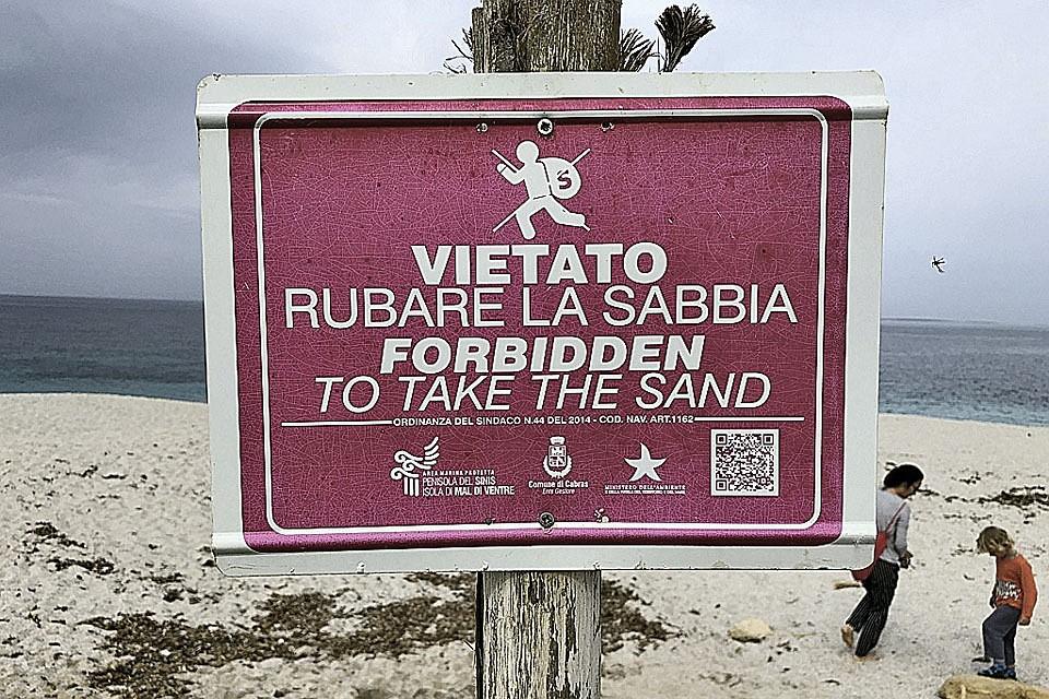 21:51На Сардинии туриста оштрафовали на 1000 евро за пляжный песок