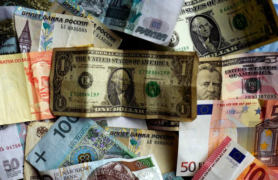 Доллар и евро подешевели почти на полтора рубля каждый
