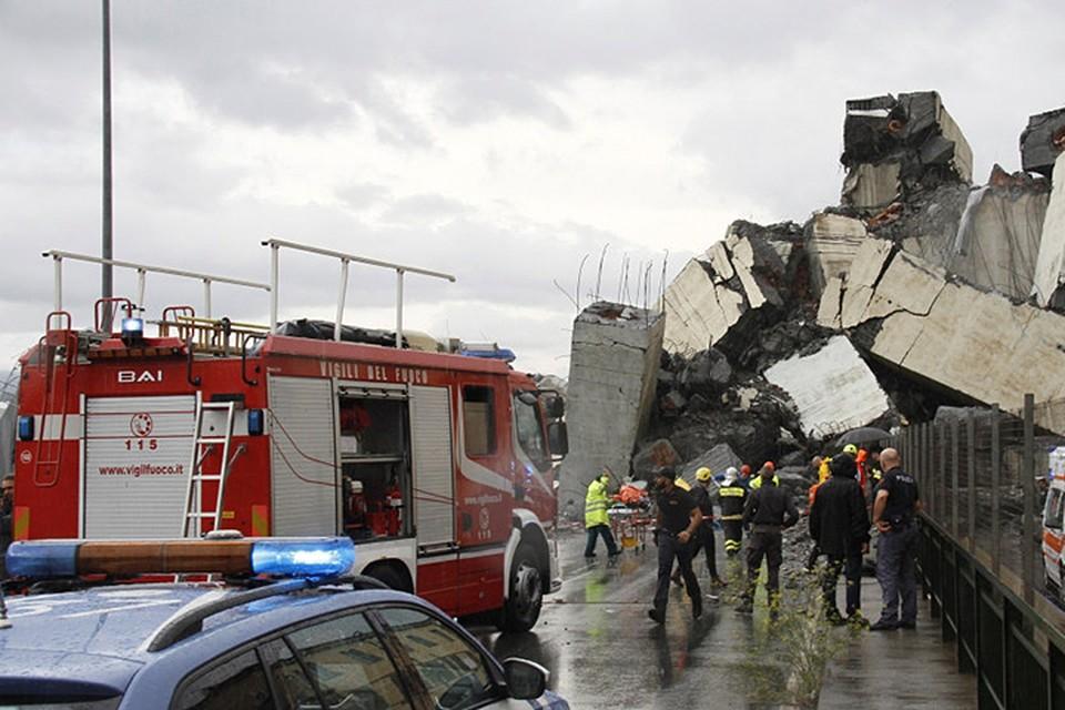 На месте крушения спасатели нашли несколько автомобилей, раздавленных под обломками