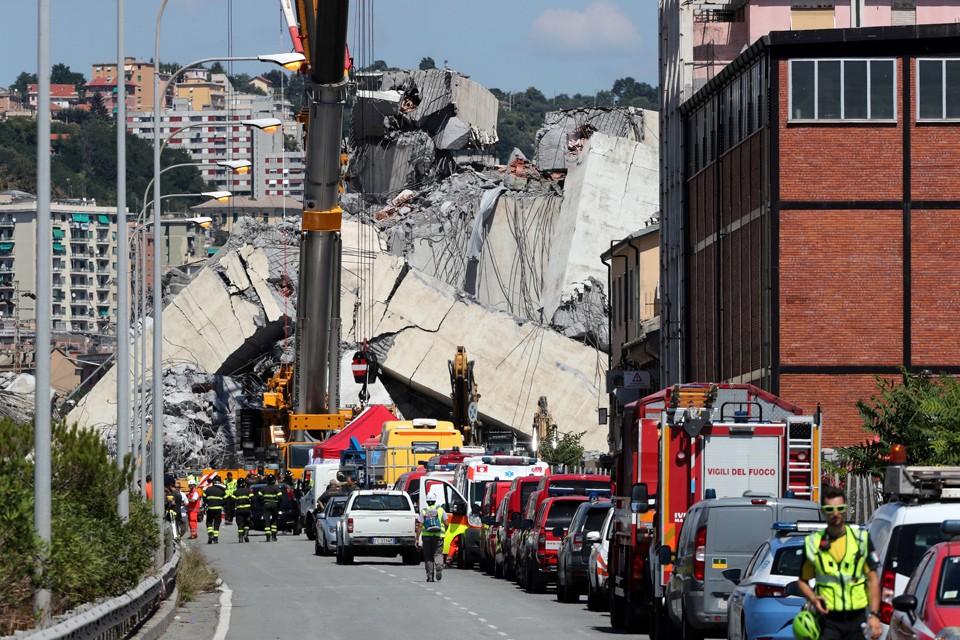 Количество жертв обрушения моста уже достигло 39 человек.