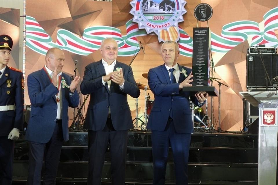 Главе Гурьевского района передали символ празднования областного Дня шахтера