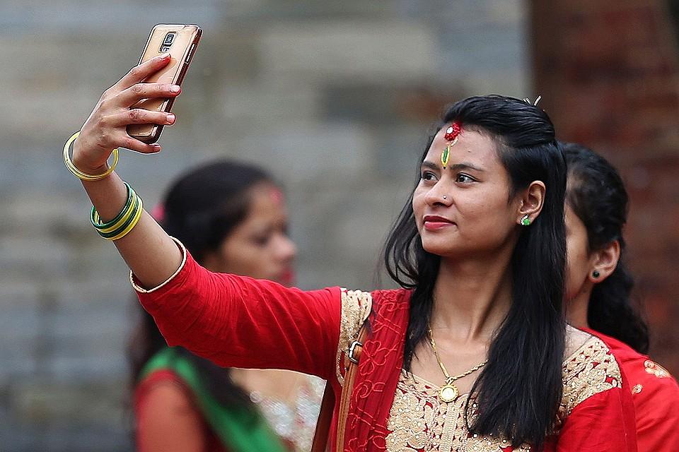 Страсть женщин к снимкам селфи не имеет границ.