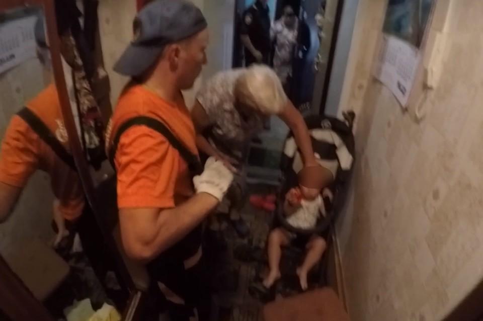 В столице спасатели помогли 2 малышам, запертым в квартире