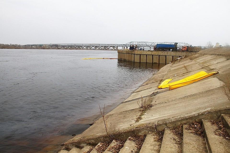 Три тонны нефти откачали из Волги в районе Бурнаковки за пять месяцев.