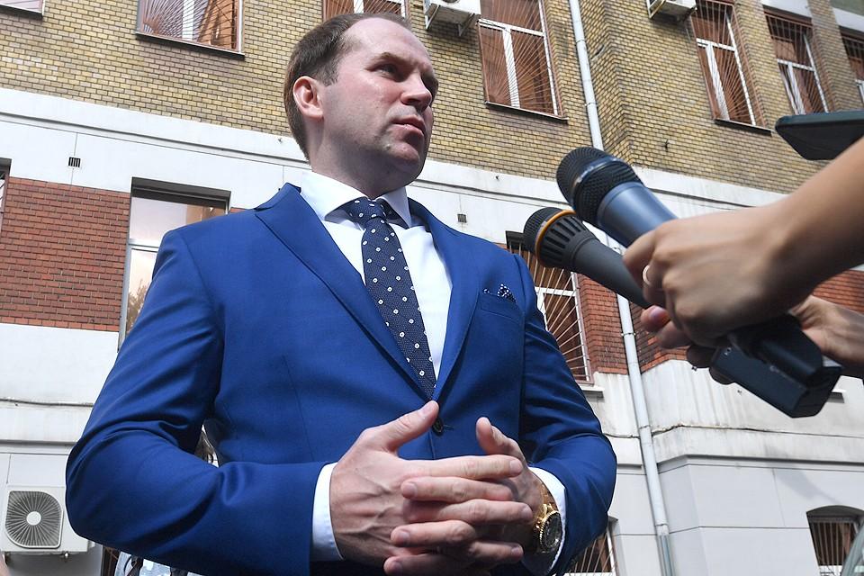 Адвокат Евгения Петросяна Сергей Жорин у здания Хамовнического суда.