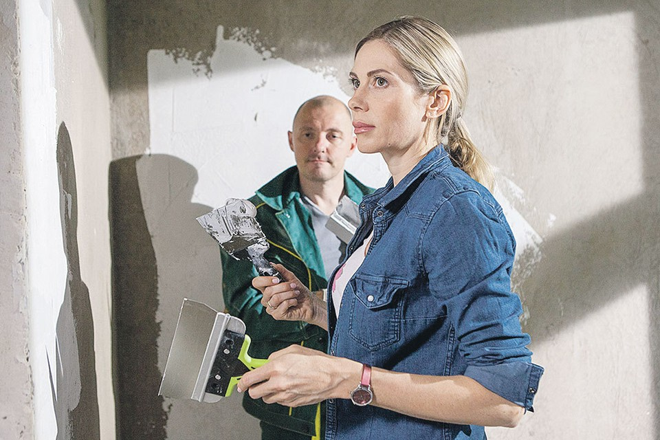 В мелодраме «Сухарь» Анна Невская играет домохозяйку, вынужденную пойти работать на стройку. Фото: Кадр из фильма