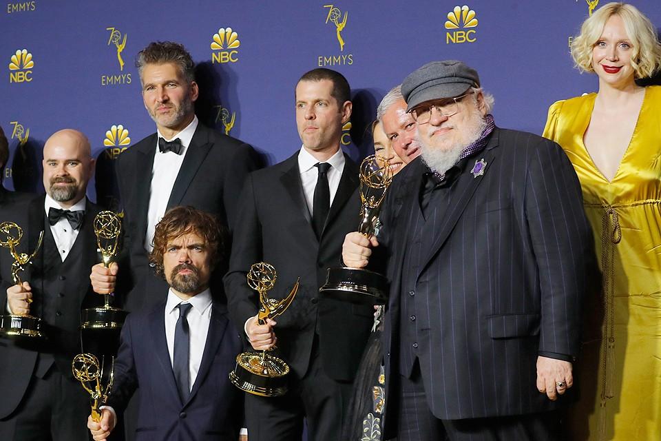 """Джордж Мартин и создатели сериала """"Игра престолов"""" с наградами """"Эмми""""."""