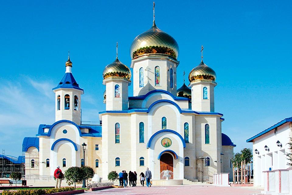 Храм Андрея Первозванного - первый русский православный храм на Кипре, увенчанный золотыми куполами.