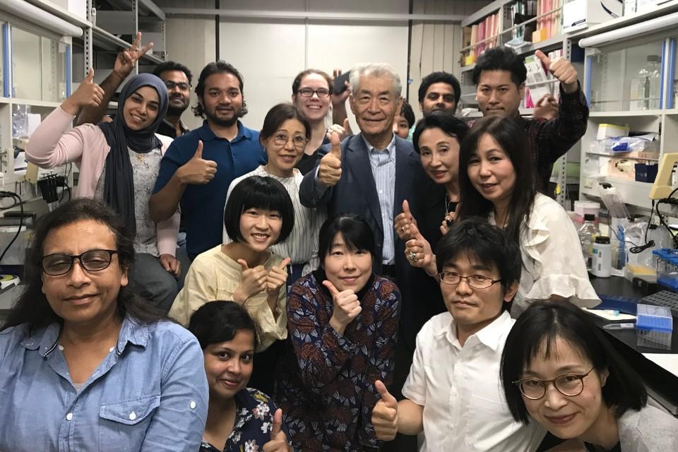 Ученый Тасука Хондзё (посередине) со своей командой. Фото: @NobelPrize