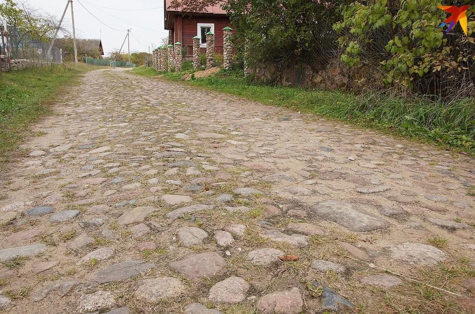 Вдоль этой старинной брукованки в Листопадах проходит граница двух областей