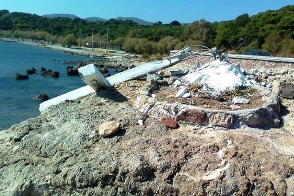 Сломанный крест на острове Лесбос. ФОТО Lesvosnews