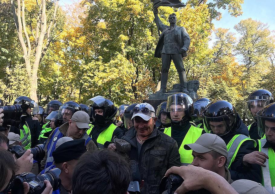 Националисты у памятника героям Январского вооруженного восстания 1918 года в Киеве. ФОТО Арина СУВОРОВА
