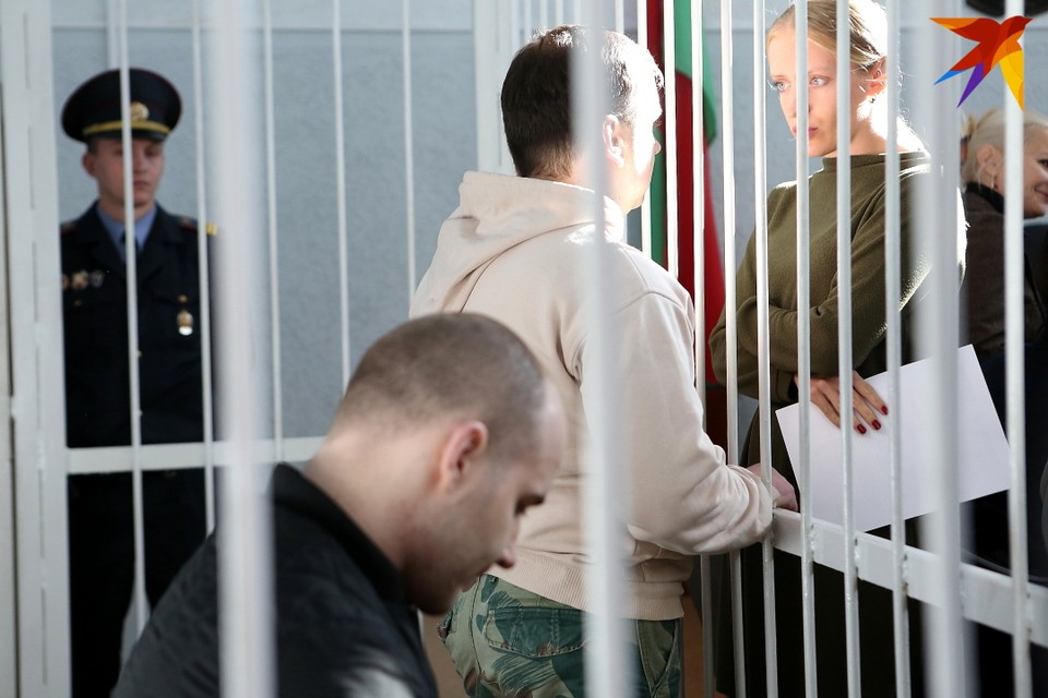 Перед судом предстали 11 человек, и только двое находятся за решеткой: это россиянин Иван Винокуров и белорус Сергей Сергеев.
